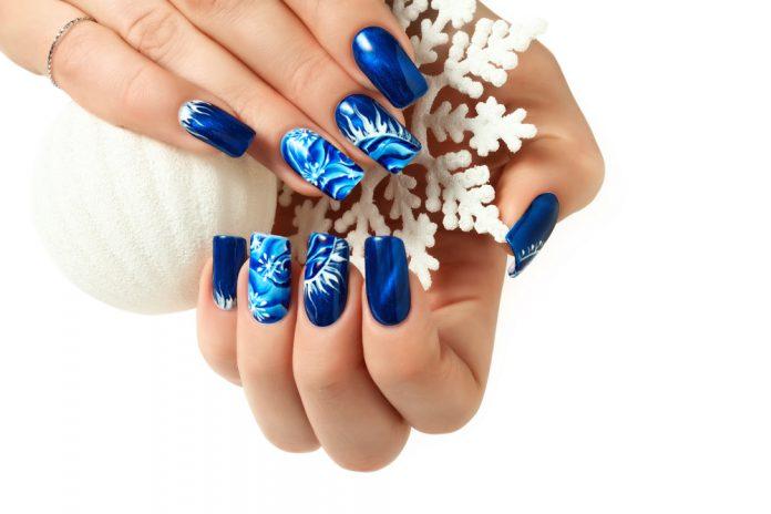 Persönliches Nageldesign Blau Weiss